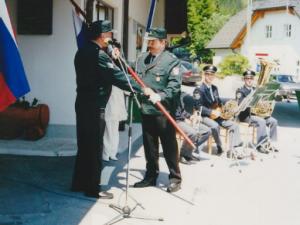 Predsednik Anton Rešek predaja prapor Roku Živkoviču