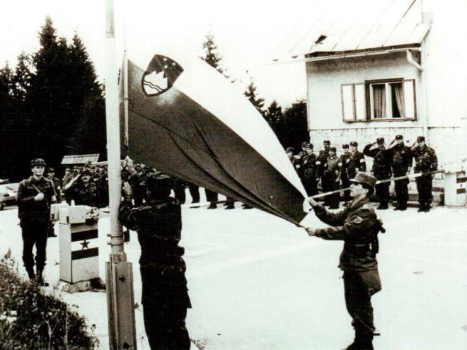 Dvig slovenske zastave na Mejnem prehodu Jezersko  Foto: Arhiv Damjan Renko